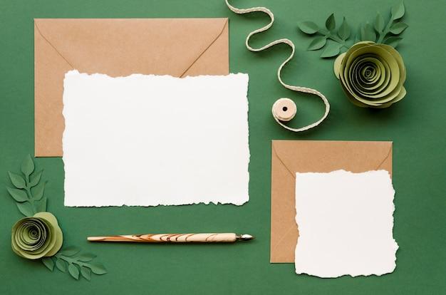 花の紙の装飾品で結婚式の招待状