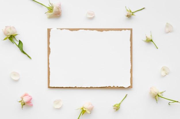 花を持つ空白の結婚式の招待状