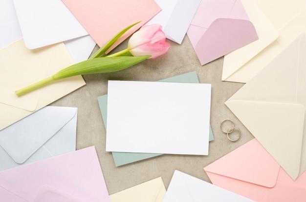 パステルの結婚式の招待状のトップビュー
