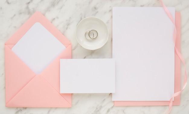 ピンクの結婚式の招待状の概念のトップビュー