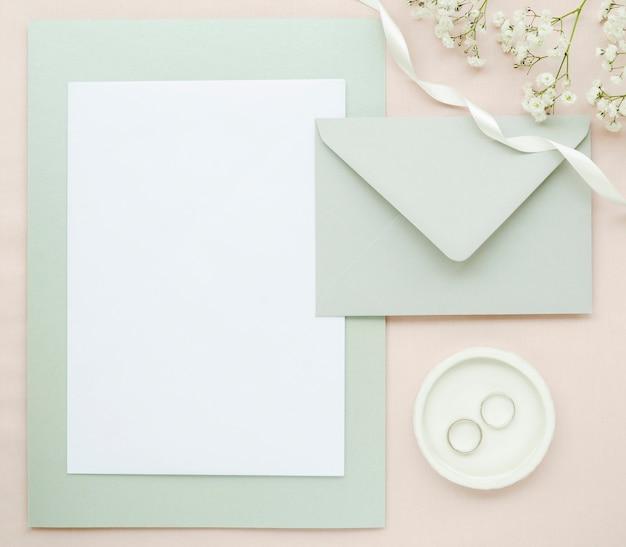 トップビューのエレガントな結婚式の文房具
