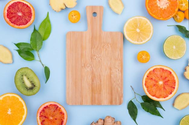 新鮮な果物と上面まな板