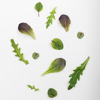 Вид сверху свежие листья салата на столе