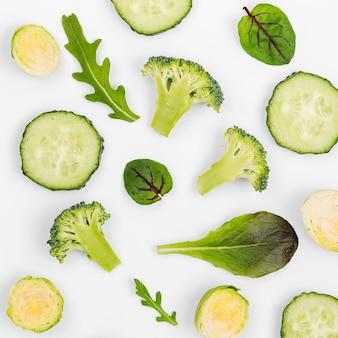 Ассорти из листьев салата и ломтиков огурца