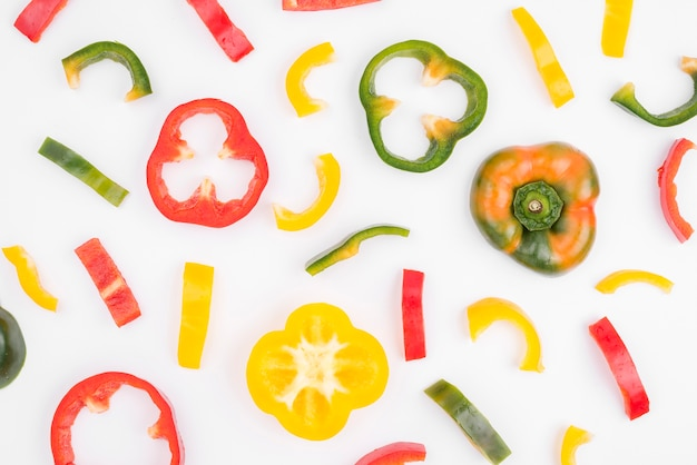 Коллекция органических сладкого перца на столе