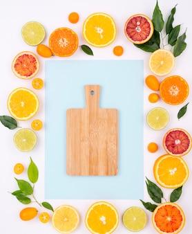 まな板で新鮮な果物のトップビューの品揃え