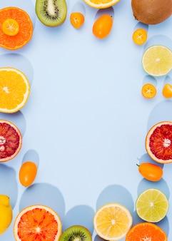 コピースペースを持つ有機果物のトップビューの品揃え