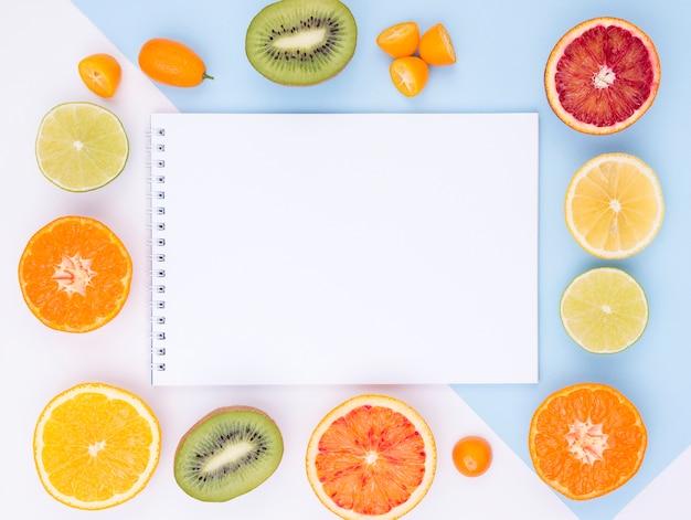 ノートブックと新鮮な果物の平面図コレクション