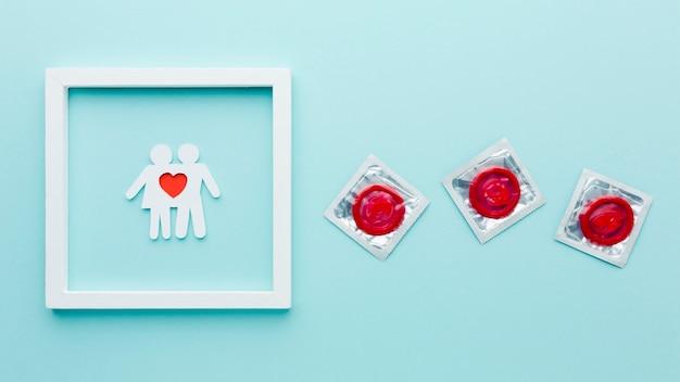 フレームに紙のカップルと避妊の概念の配置