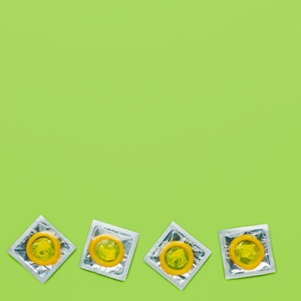 緑の背景にコピースペースと避妊方法の配置