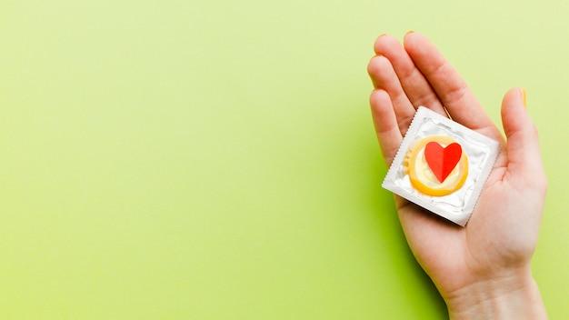 コピースペースと緑の背景に避妊方法構成