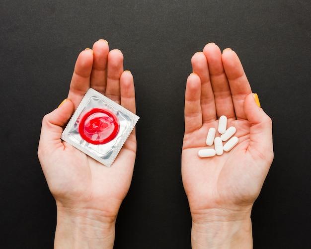 Плоский метод контрацепции лежал на черном фоне