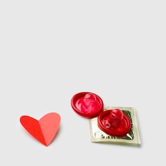 Различные презервативы на белом фоне