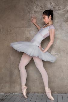 チュチュドレスで踊るバレリーナ