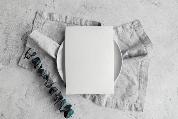 葉と皿の上の空の紙の上から見る