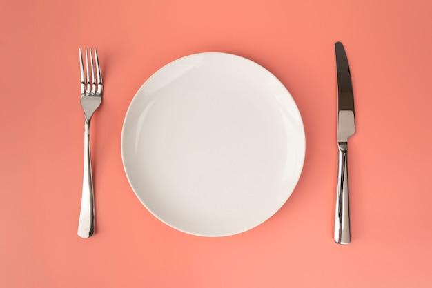 Вид сверху пустой тарелки со столовыми приборами