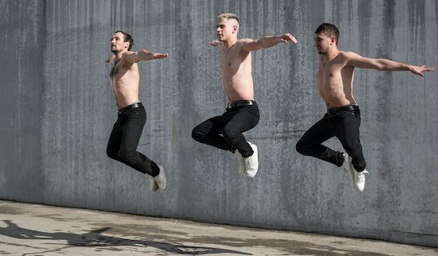 上半身裸の男性のヒップホップアーティストのダンスの側面図