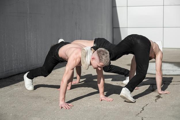外で踊る上半身裸のヒップホップアーティスト
