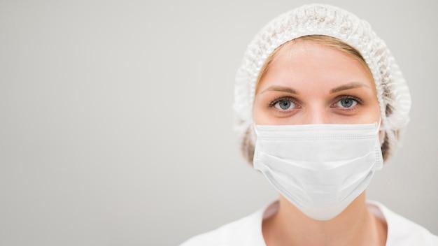 マスクを持つクローズアップ女性