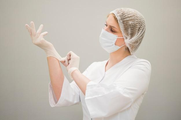 医療マスクを身に着けている医者