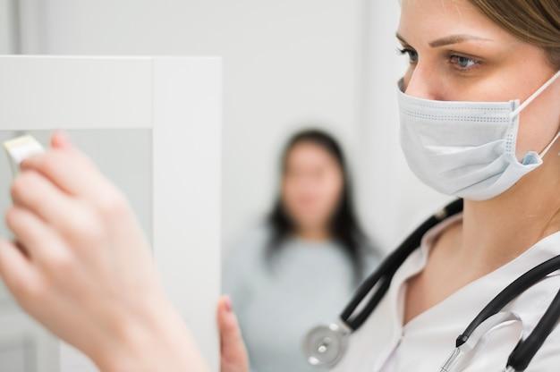 Женщина-врач с медицинской маской