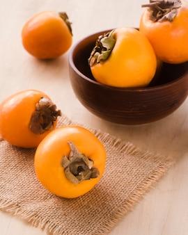 テーブルの上の柿のクローズアップコレクション