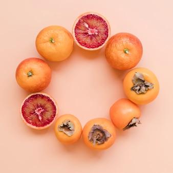 テーブルの上のトップビューおいしい柿