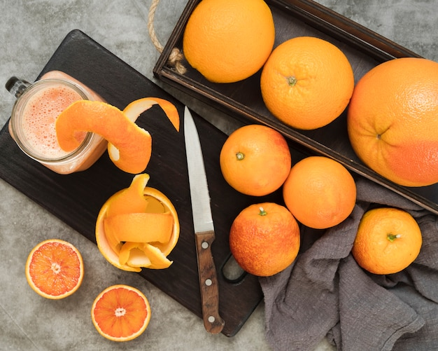テーブルの上のトップビューおいしいオレンジ