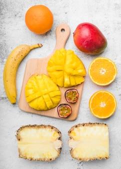 Вид сверху вкусных экзотических фруктов на столе