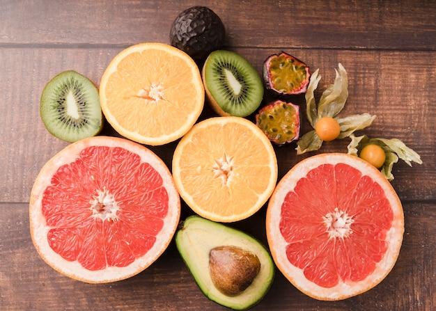 テーブルの上のトップビューエキゾチックなフルーツ