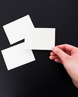 Вид сверху рука пустой визитной карточки