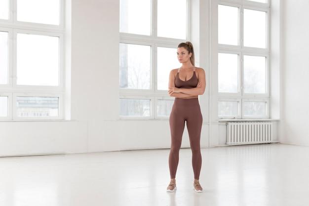 Длинный выстрел красивой женщины делают упражнения