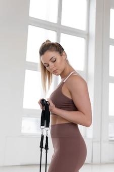Красивая женщина делает концепцию художественной гимнастики