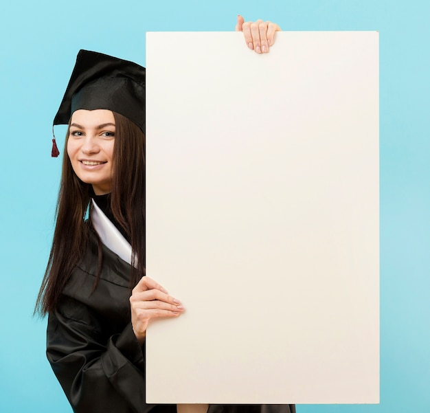 白いプラカードを持つミディアムショットの女の子