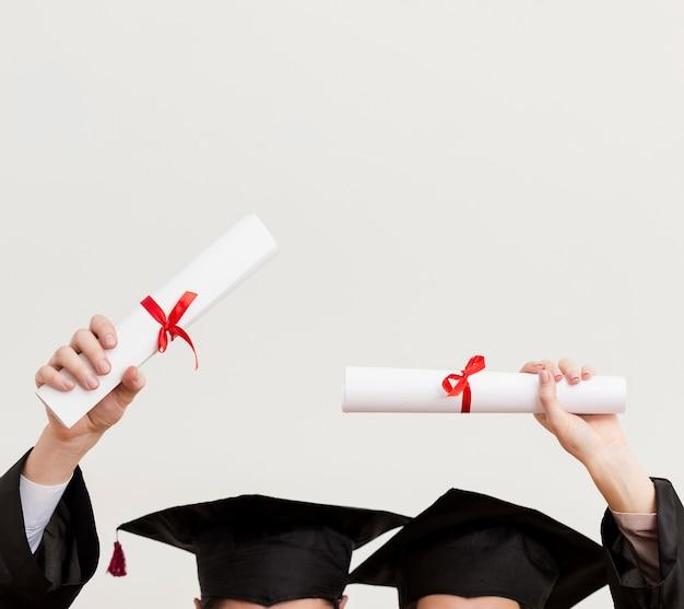卒業証書とクローズアップの大学院生