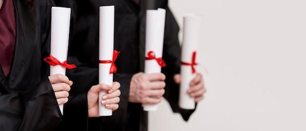 卒業証書とクローズアップの卒業生