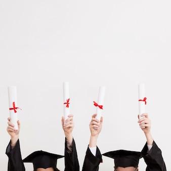 卒業証書を保持しているクローズアップの卒業生