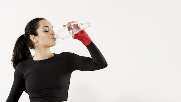 スポーティな女性の飲料水の正面図