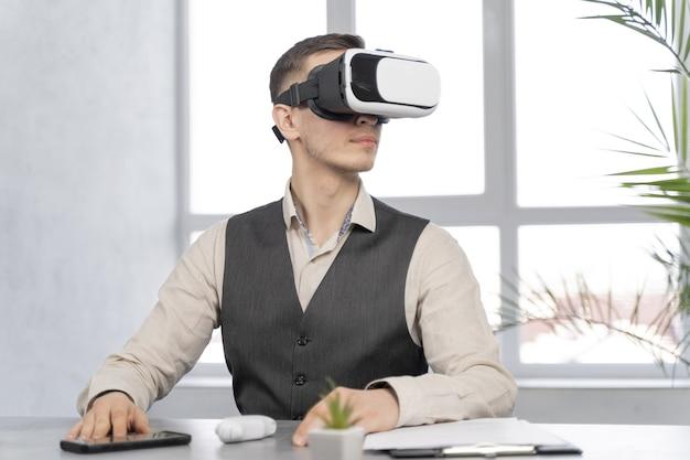 Человек на работе с очками