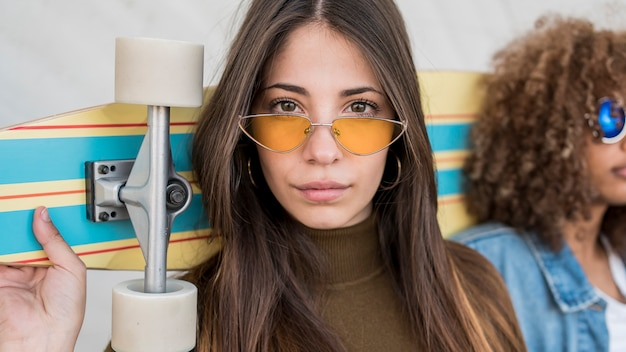 Крупным планом девушка с очками