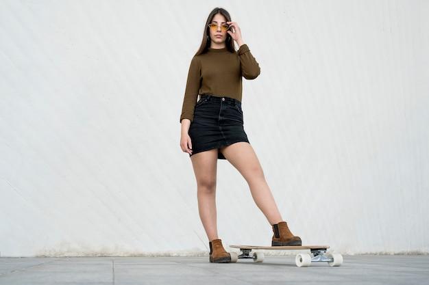 Полная съемка девушка со скейтбордом