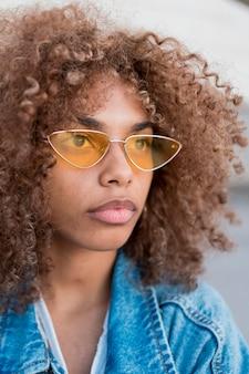 Крупным планом девушка в темных очках