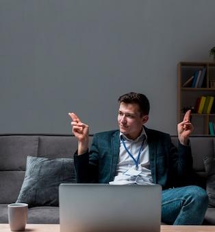 Молодой предприниматель, наслаждаясь работой из дома
