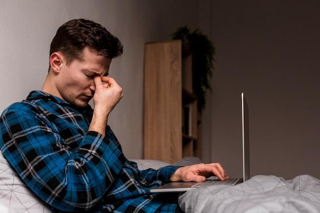 Портрет взрослого мужчины устал от работы