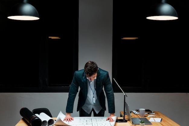 正面の夜の作業に疲れた若い男性