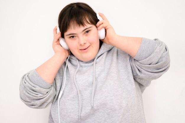 音楽を聴いて幸せな女の子の肖像画