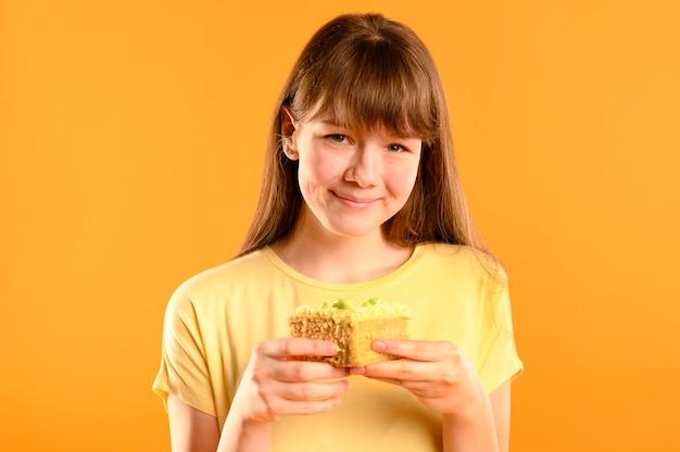 Портрет милая молодая девушка держит торт