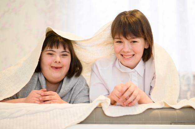 Вид спереди счастливые молодые девушки позируют вместе