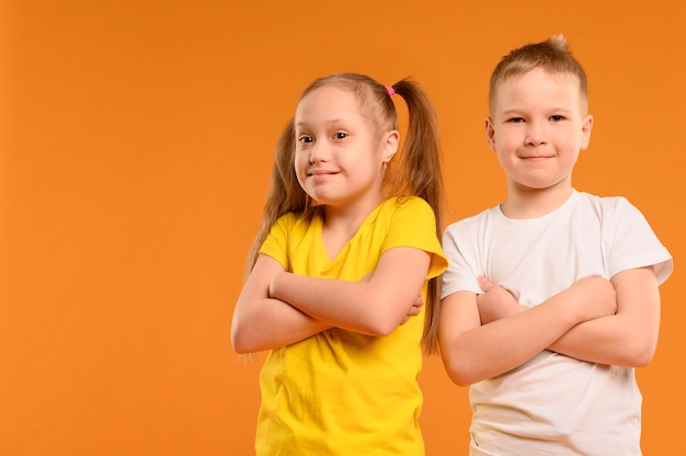 Вид спереди прелестный молодой мальчик и девочка