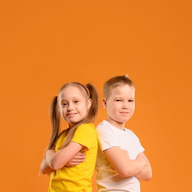 Вид спереди молодой мальчик и девочка с копией пространства